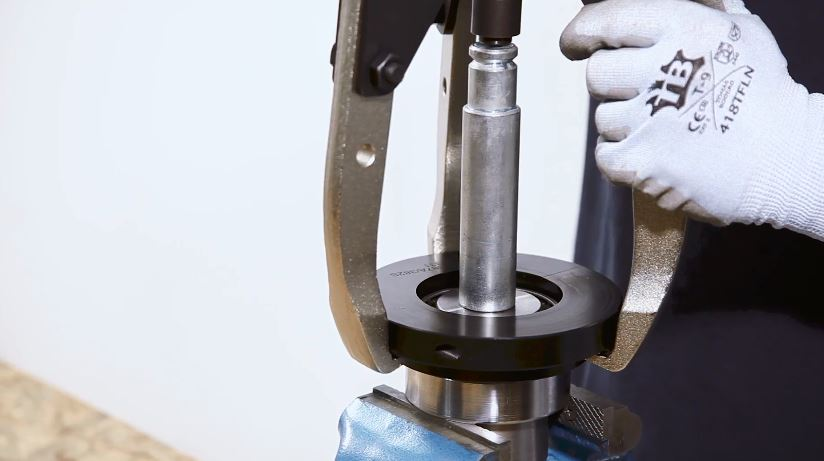 Tutorial video: tapered roller bearing extractor